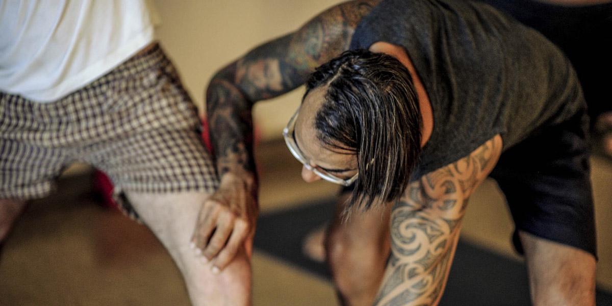 yogatherapie um körperliche leiden zu lindern und muskuläre dysbalancen auszugleichen